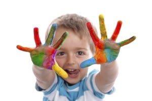 Barnehagestart, glad gutt med maling på fingrene